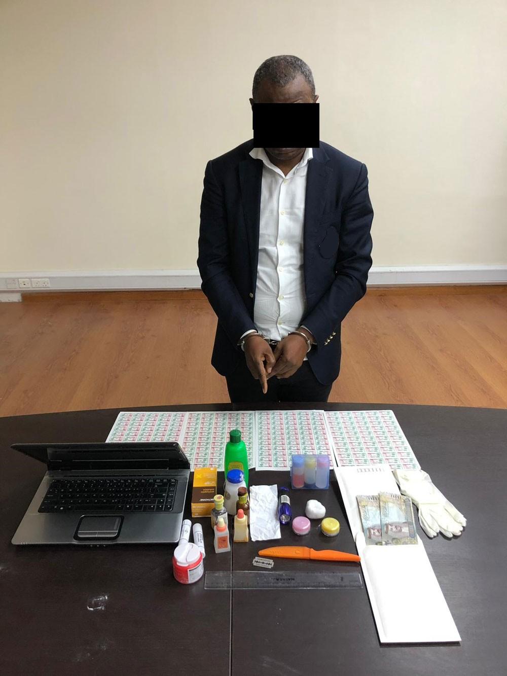 القبض على شخص من جنسية أفريقية مشتبه في تزويره للعملات النقدية