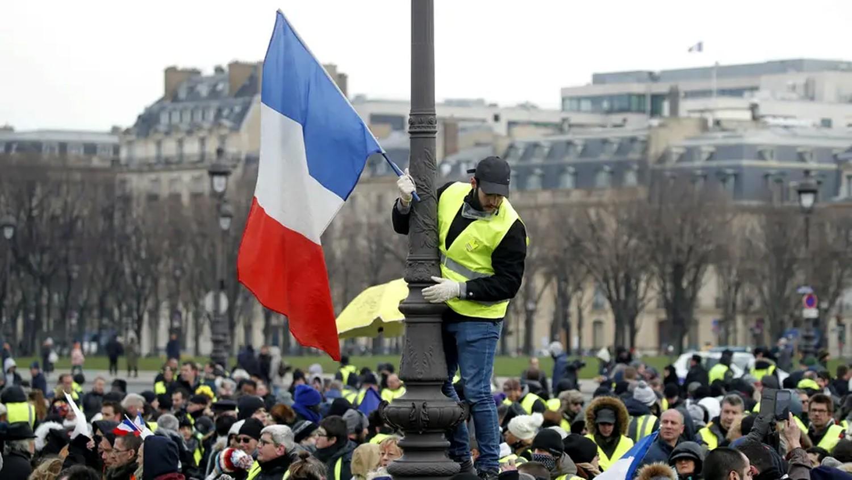 """السترات الصفراء مجدداً.. و""""تسونامي أصفر"""" في باريس"""