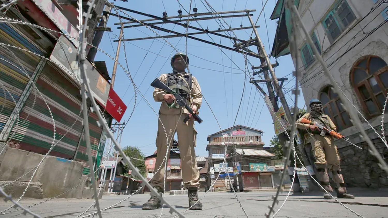 مقتل شخص وإصابة 30 بانفجار قنبلة بالشطر الهندي من كشمير