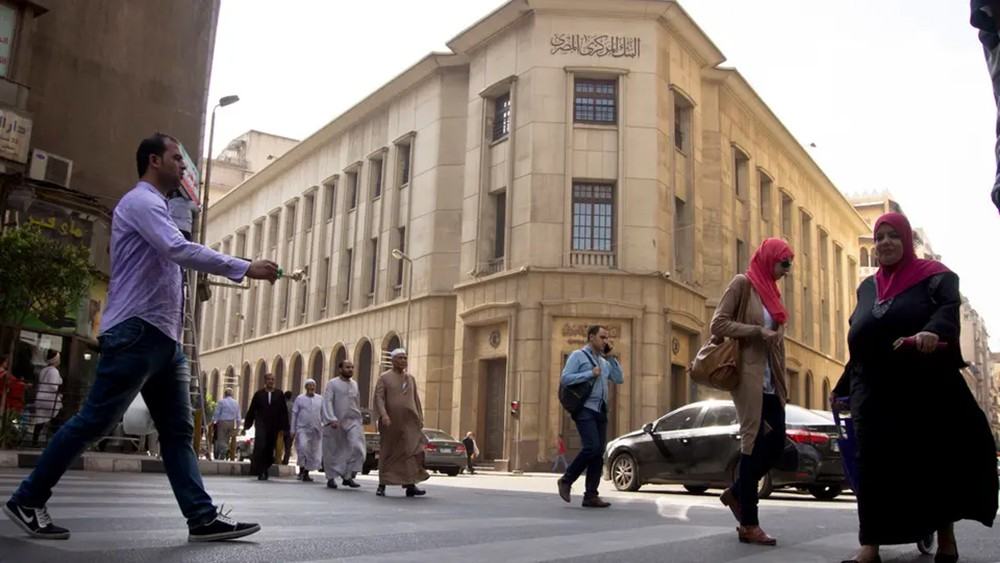 """هل يتجاهل """"المركزي المصري"""" التضخم ويحرك أسعار الفائدة؟"""
