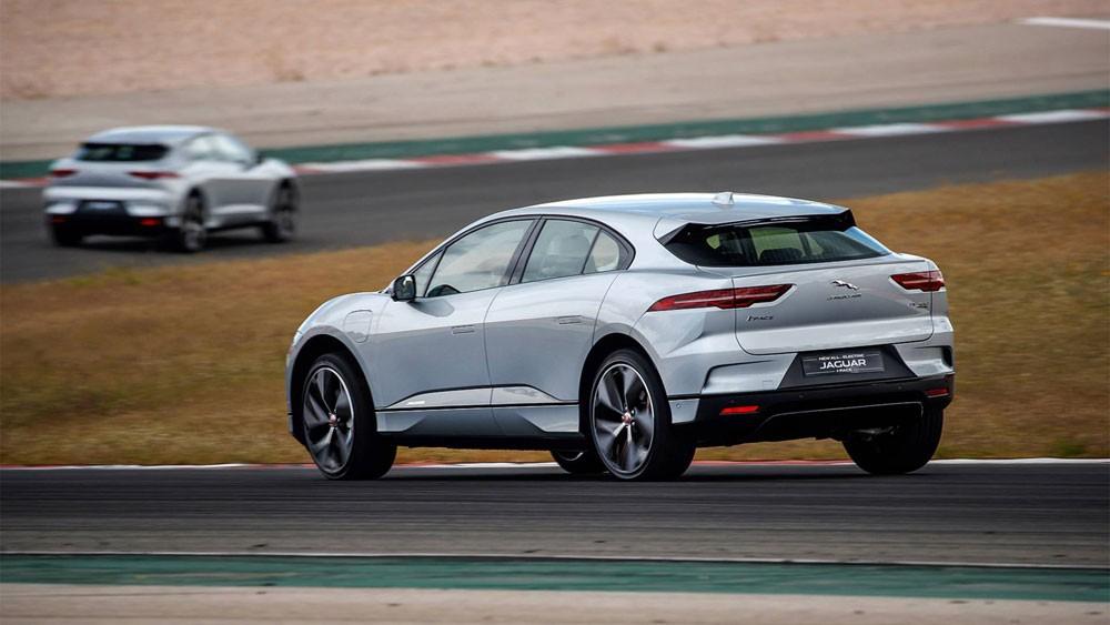 جاكوار I-PACE الكهربائية بالكامل خلال سباق جائزة البحرين الكبرى