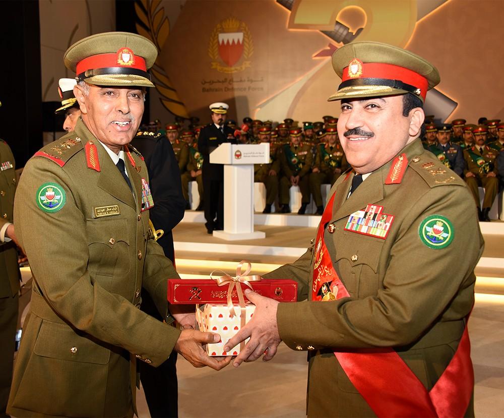 رئيس هيئة الأركان يكرم الحاصلين على الشهادات العليا من منتسبي قوة الدفاع