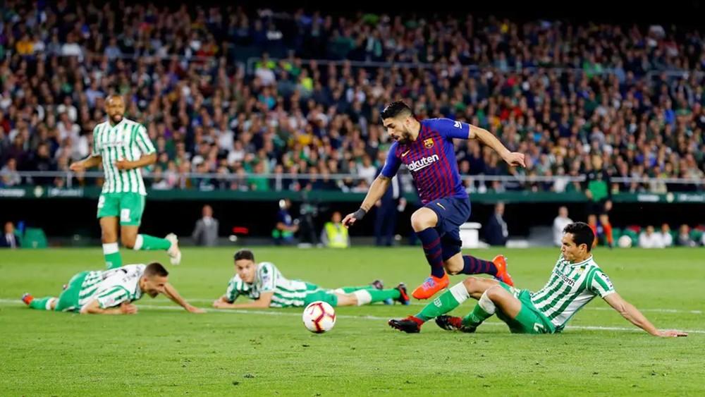 برشلونة يضرب بيتيس ويوسع الفارق مع أتليتكو إلى 10 نقاط
