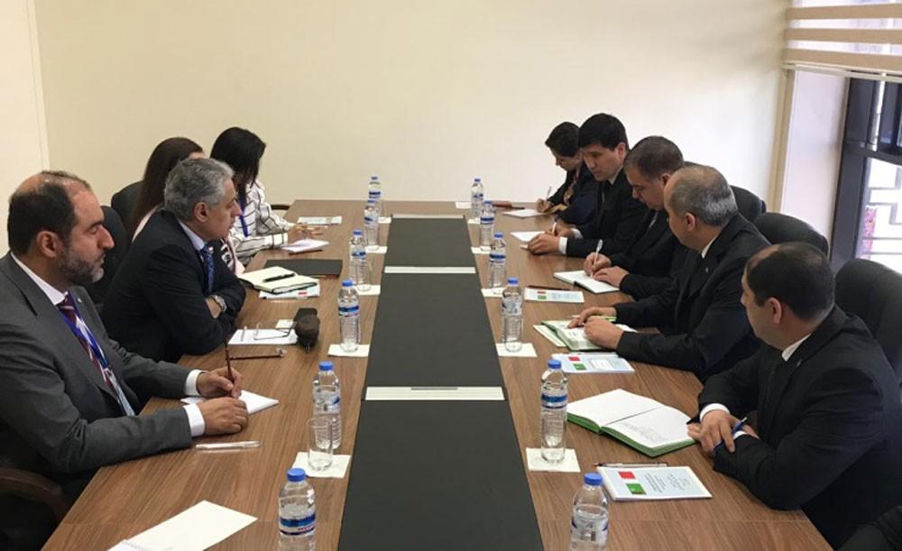 وزير الصناعة يجتمع مع المعني بالشؤون التجارية بالجمهورية التركمانستانية