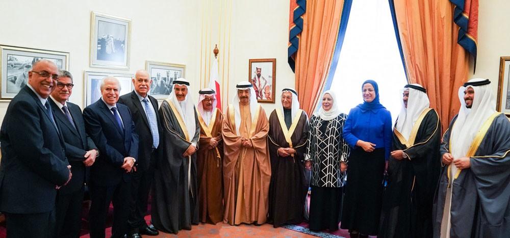 سمو رئيس الوزراء يستقبل رئيس وأعضاء مجلس ادارة الهلال الأحمر