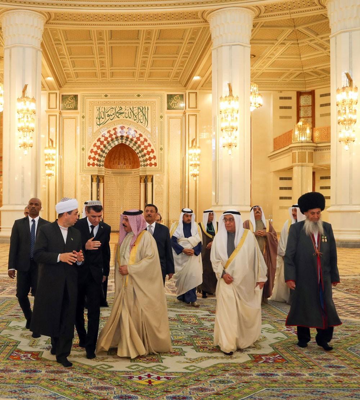 جلالة الملك يقوم بزيارة برج الاستقلال في العاصمة التركمانية عشق آباد
