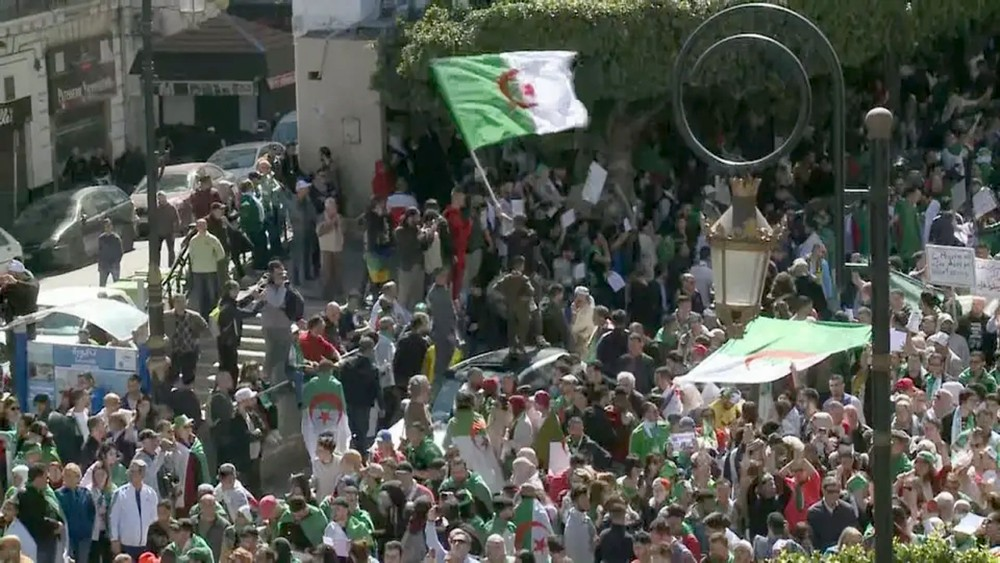 الجزائر.. معارضون يحضون الجيش على لعب دور دستوري
