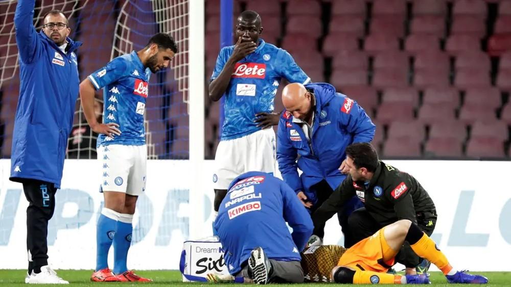 أوسبينا حارس نابولي يستعيد وعيه ويغادر المستشفى