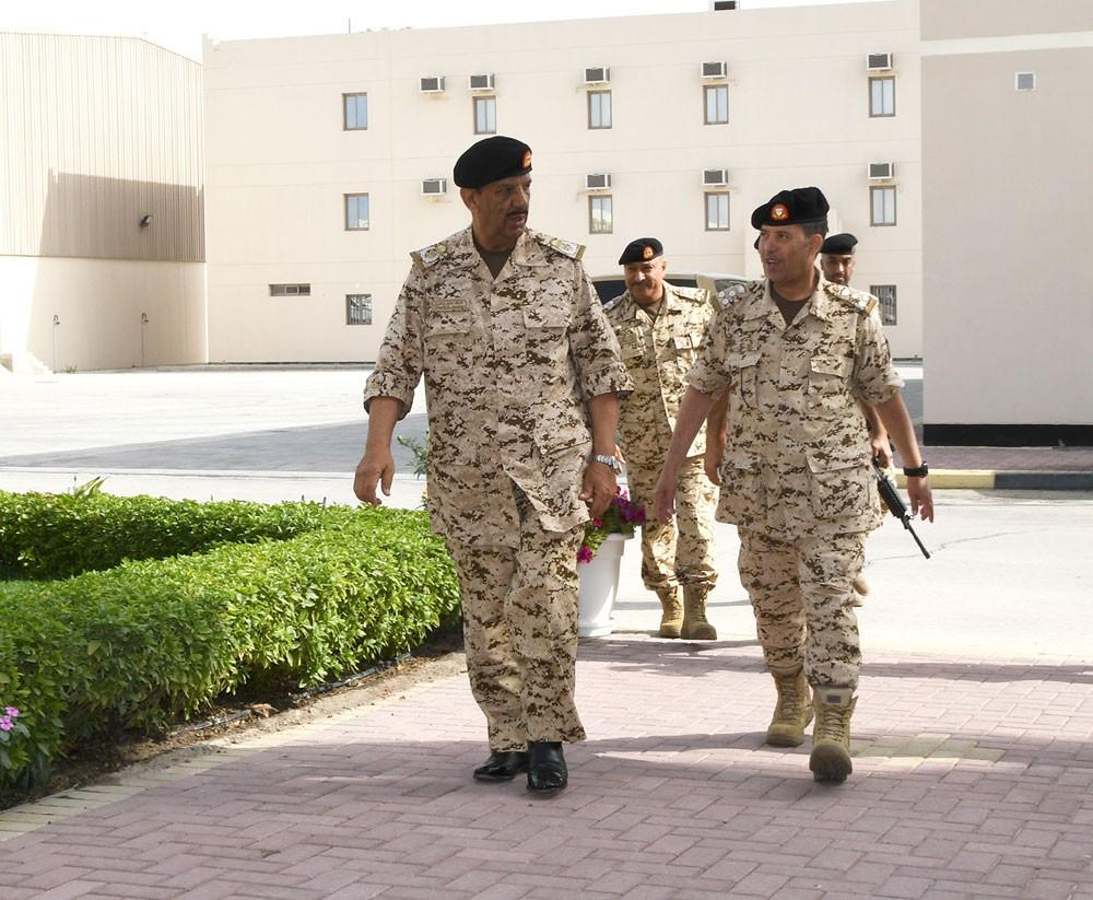 القائد العام يجري زيارة تفقدية لعدد من أسلحة قوة الدفاع