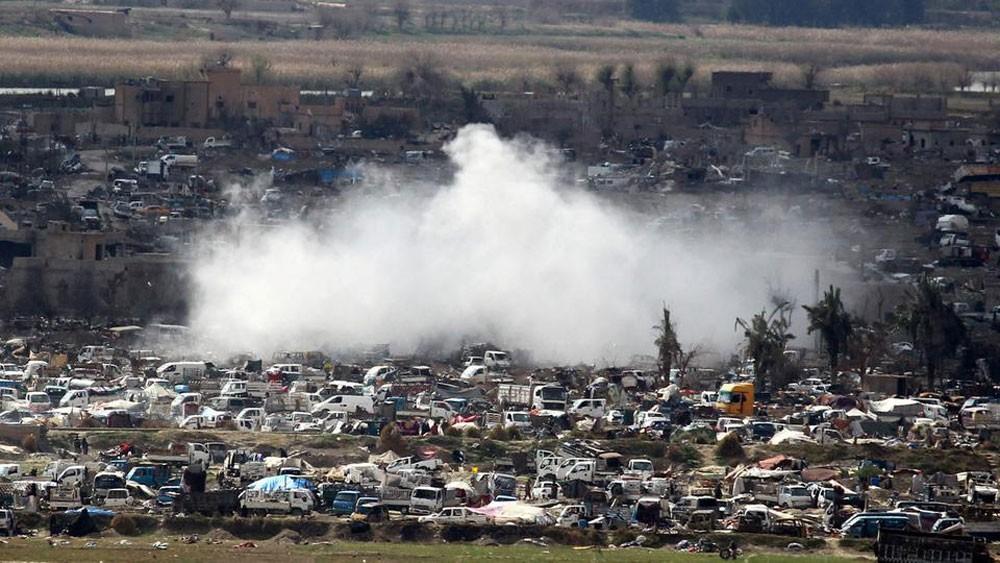 مقاتلون سوريون يزيلون المتفجرات بالباغوز بعد هزيمة داعش