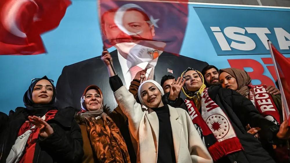 """أردوغان ومعارضوه """"يتناتشون"""" اسطنبول.. وتغريدة محذوفة"""