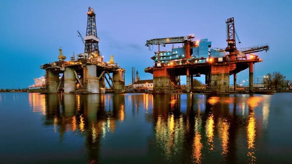 النفط عند ذروة 5 أشهر مع احتمال خفض جديد للمعروض