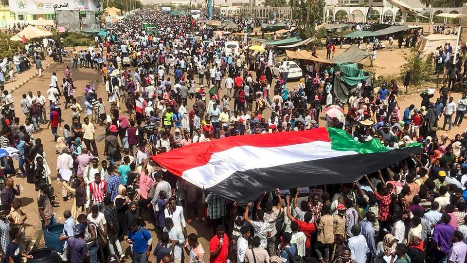 السودان.. مصادر تؤكد تنحي عمر البشير