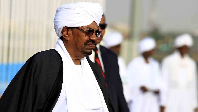 """عمر البشير.. أطول رئيس حكم السودان وانتهى """"معزولا"""""""
