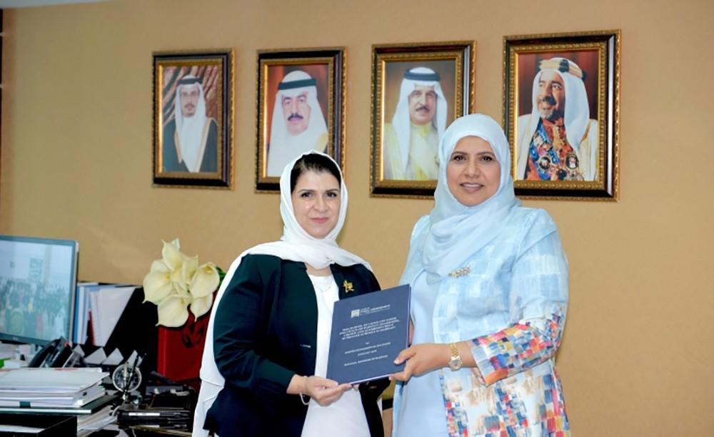 الدكتورة المضحكي تتسلم نسخة من رسالة الماجستير للأستاذة أميرة البلوشي