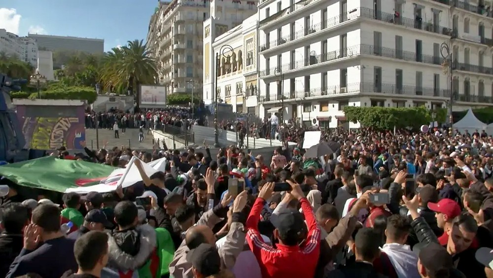 طلاب الجزائر يعلنون إضرابا وطنيا رفضا لاستمرار النظام