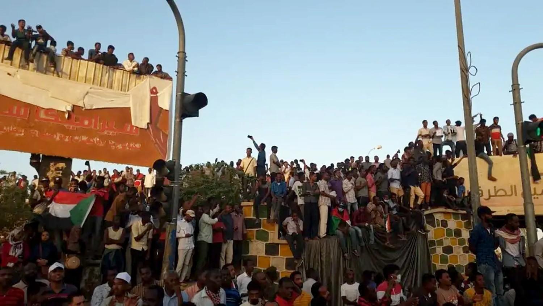 السودان.. القوى المدنية تطالب الجيش بتسليم السلطة