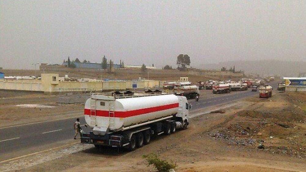 احتجاز شاحنات وقود خارج صنعاء.. والميليشيات تتاجر بالأزمة