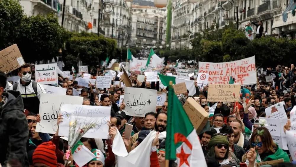 احتجاج الجزائريين مستمر.. وترقب موقف جديد لقائد الجيش