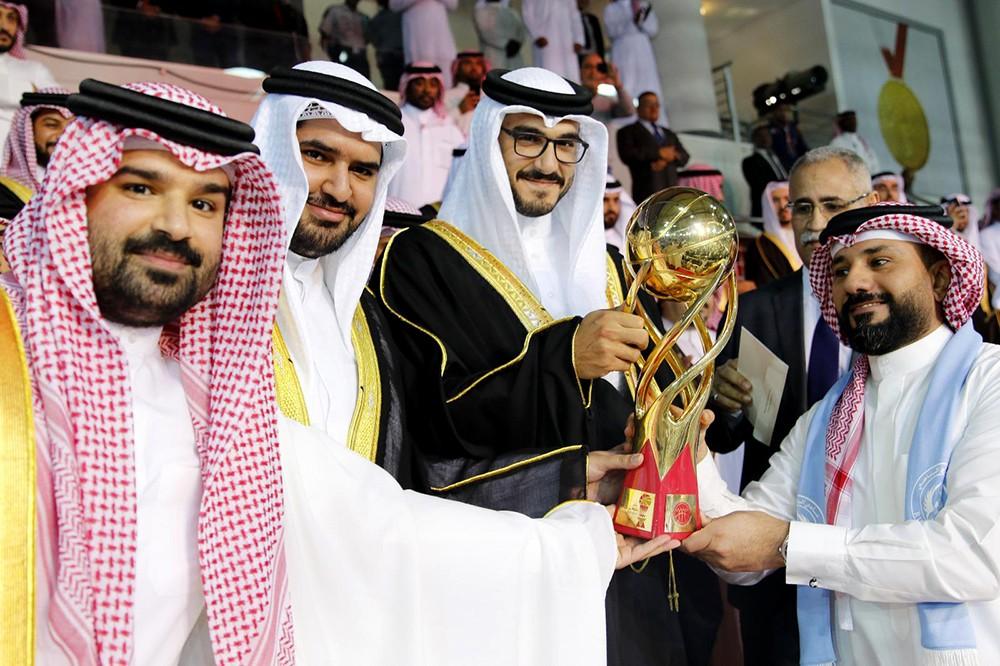 خليفة القعود يهنئ محمد العجمي بتحقيق كأس خليفة بن سلمان