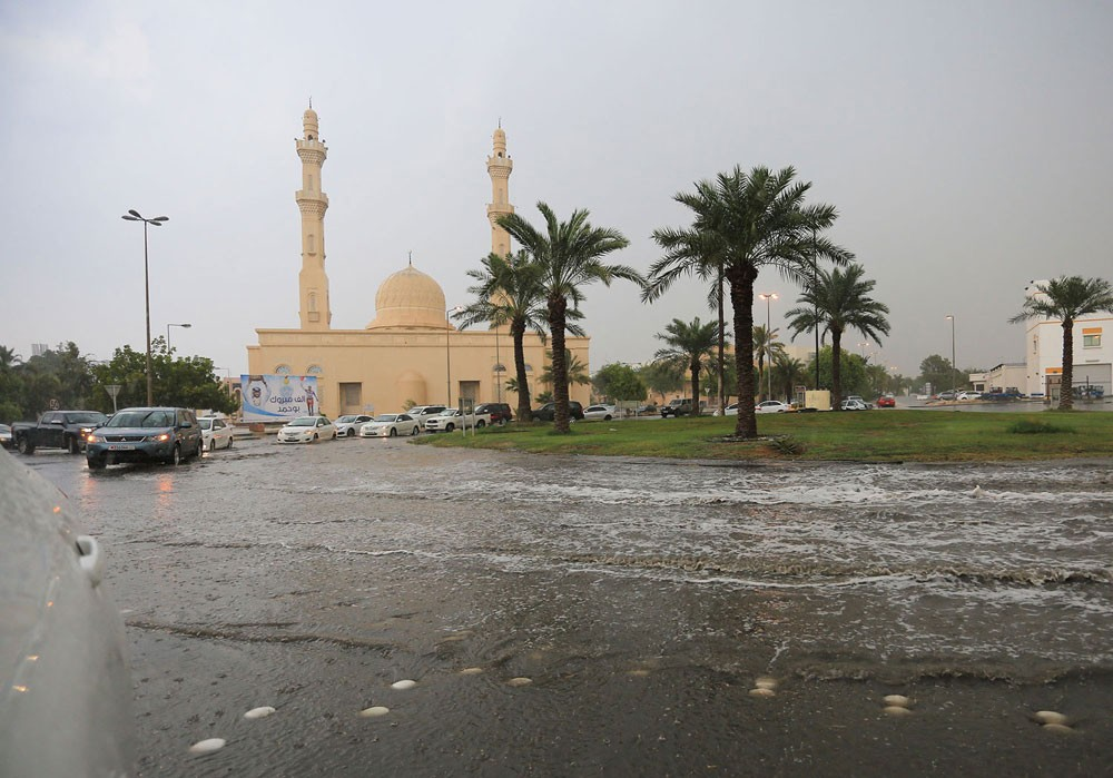وزارة الأشغال تباشر تنفيذ توجيهات سمو رئيس الوزراء بشأن الأمطار