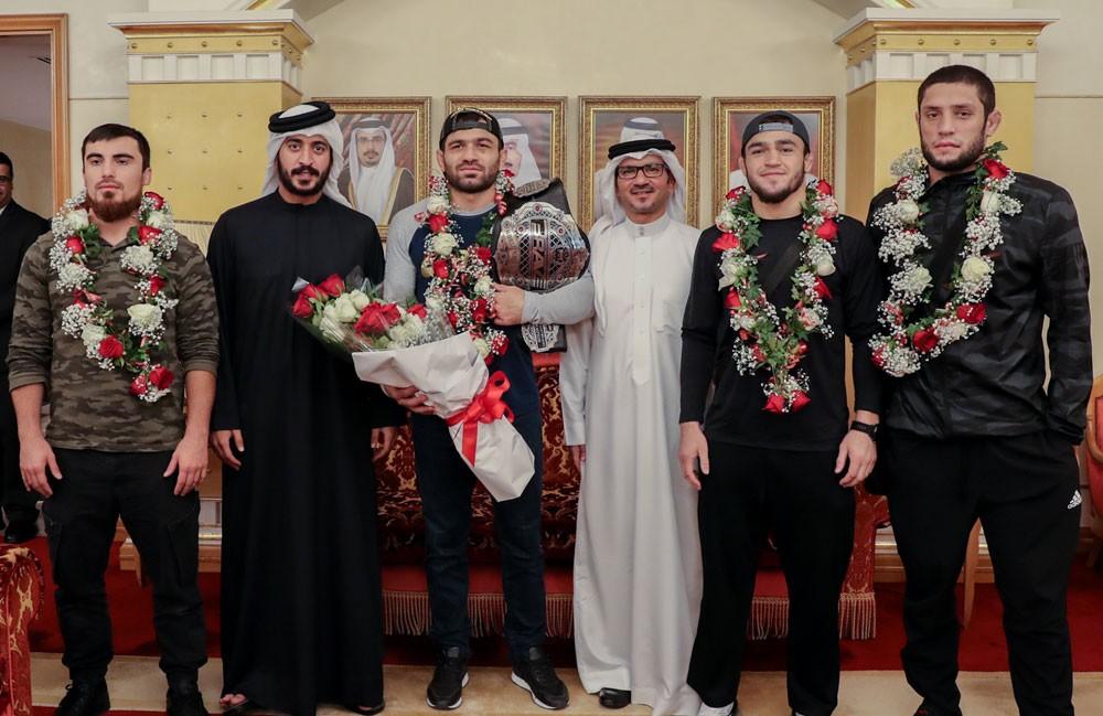 خالد بن حمد يستقبل البطل إلداروف ويشيد بالانجاز الذي حققه في BRAVE 23