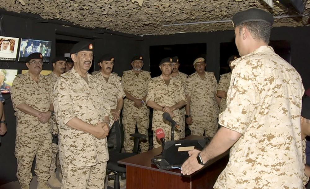 القائد العام لقوة دفاع البحرين يقوم بزيارة للكلية الملكية للقيادة والأركان والدفاع الوطني