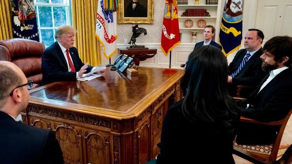 ترمب يشكو سوء معاملة تويتر.. ويلتقي رئيسه!