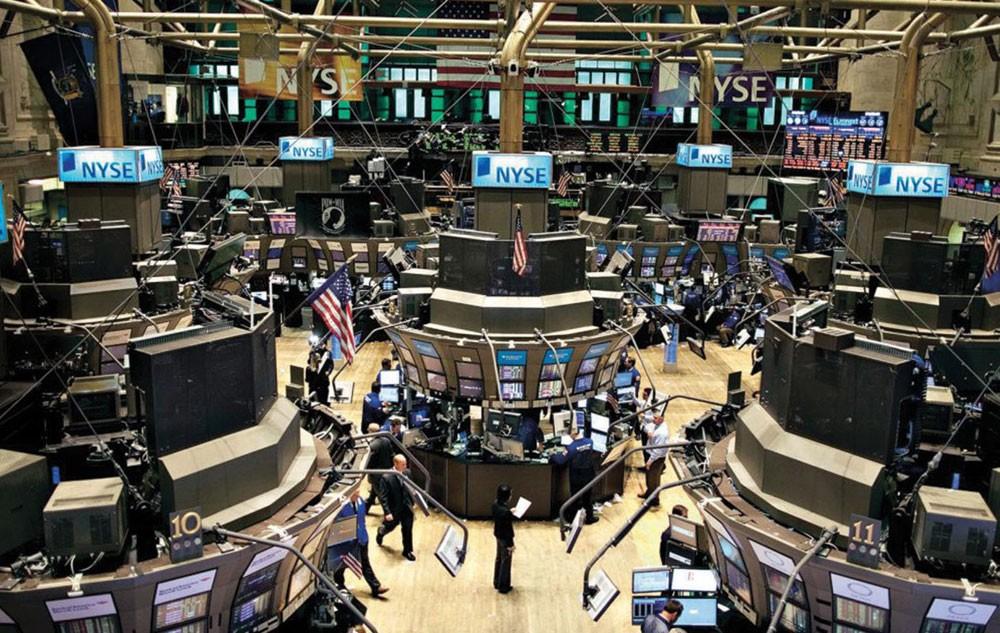 وول ستريت تغلق منخفضة مع انتظار تقارير أرباح الشركات