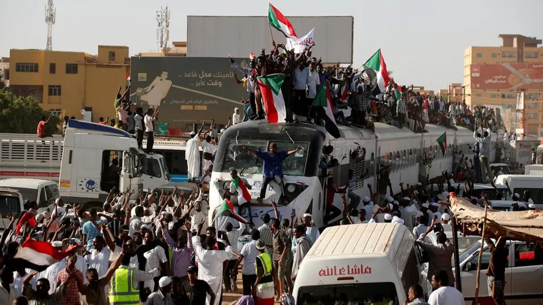 السودان.. حشود غفيرة تنضم للاعتصام خارج مقر وزارة الدفاع
