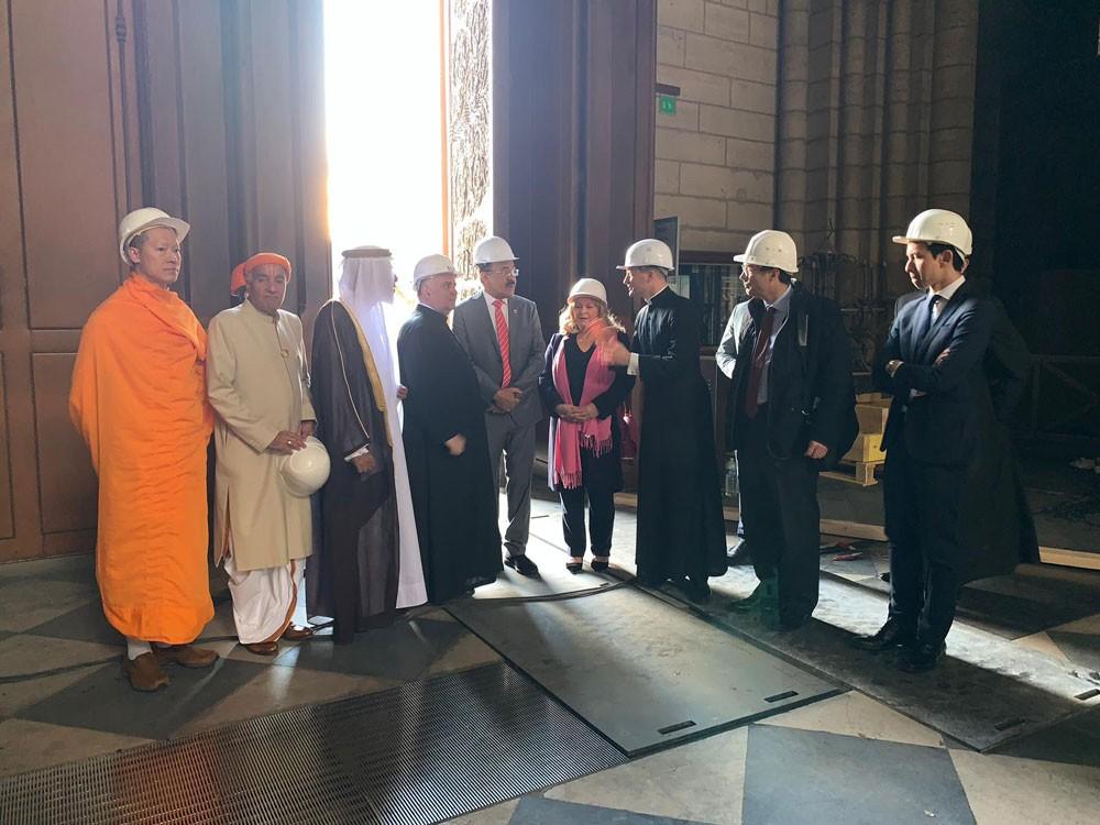 """وفد من مركز الملك حمد للتعايش السلمي و """"هذه هي البحرين"""" يزور كاتدرائية نوتردام"""