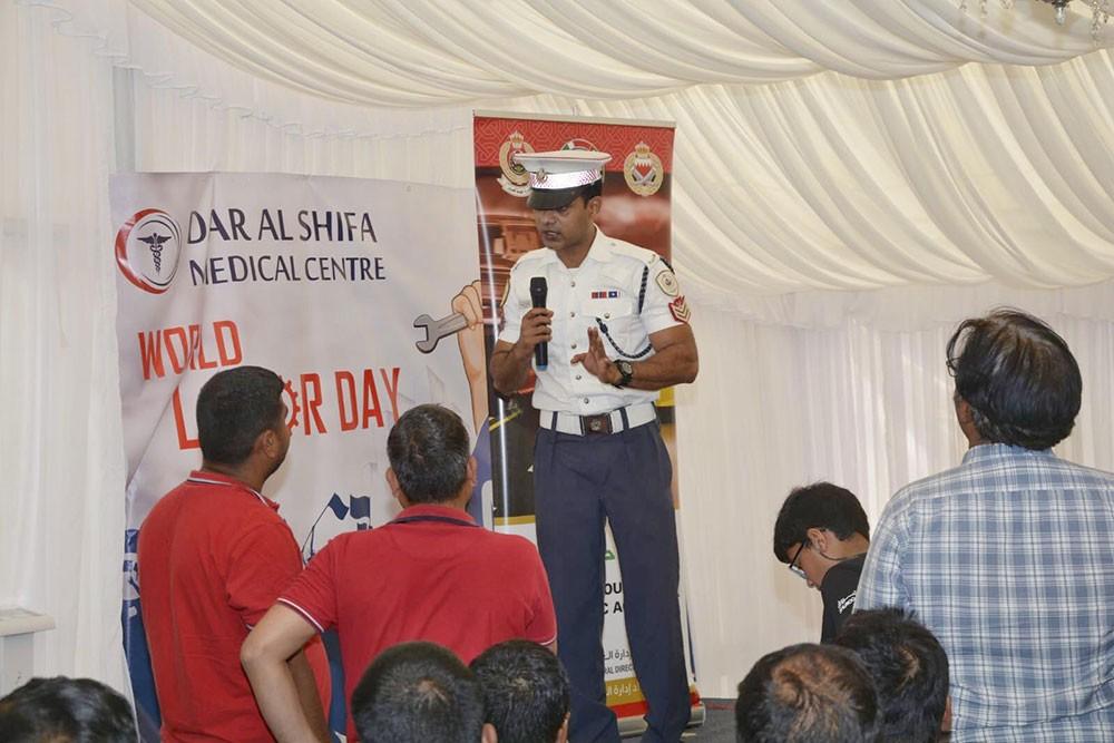 الإدارة العامة للمرور تنظم محاضرة توعوية لعدد من العمال بمناسبة يوم العمال العالمي
