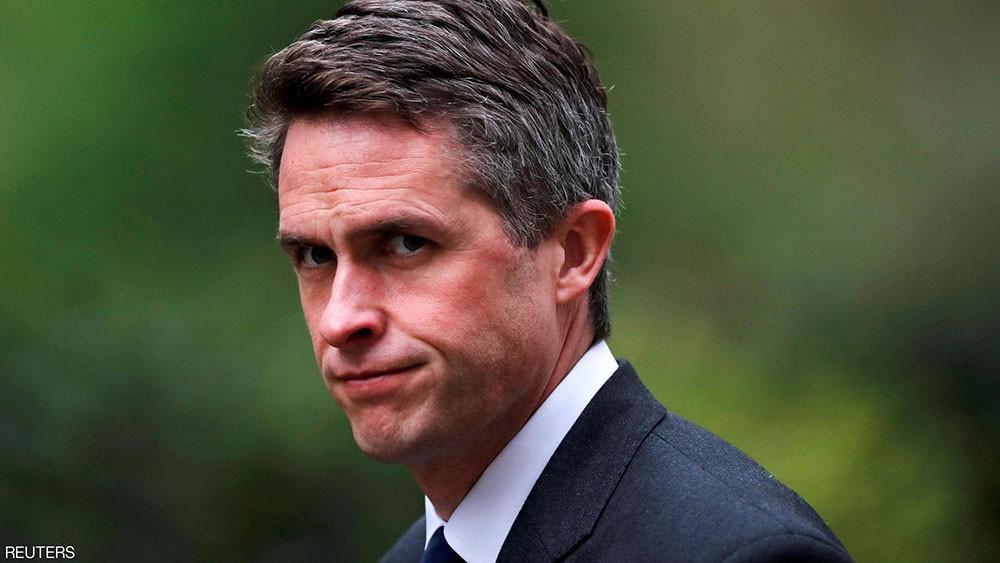 """""""هواوي"""" تطيح وزير الدفاع البريطاني من منصبه"""