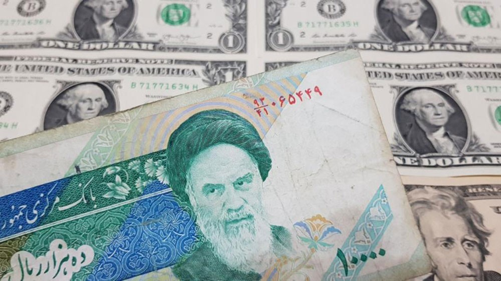 """الريال الإيراني يتهاوى أمام الدولار قبل """"الحظر المالي"""""""