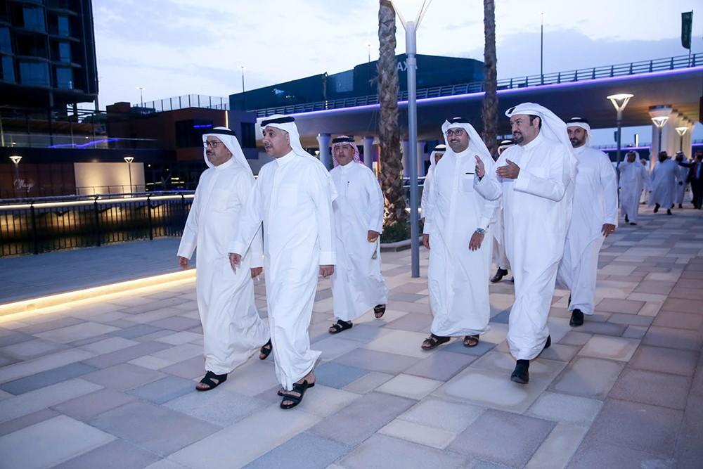 وزير المواصلات والاتصالات يقوم بزيارة تفقدية لخليج البحرين