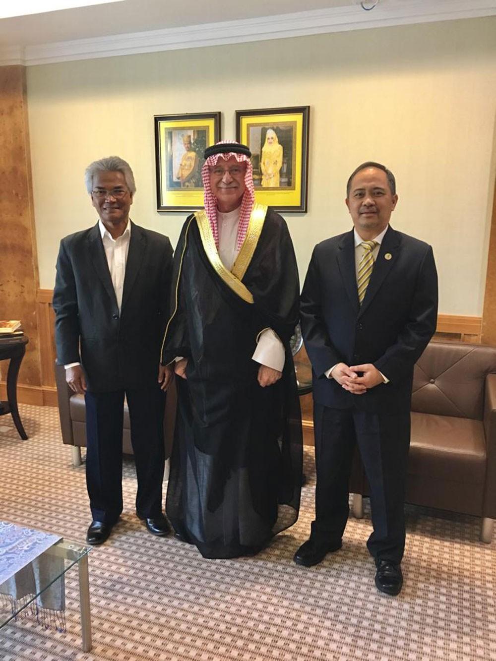 سفير البحرين في بروناي يجتمع مع عدد من المسؤولين