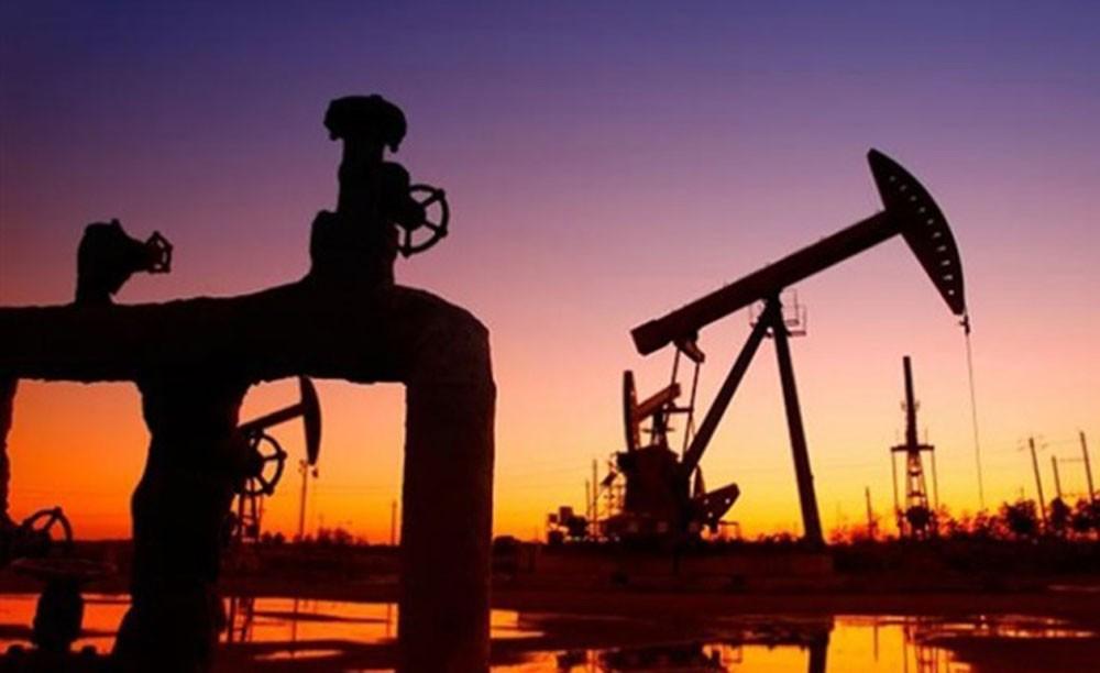 الهبوط المفاجئ للمخزون الأمريكي يرفع أسعار النفط 1%