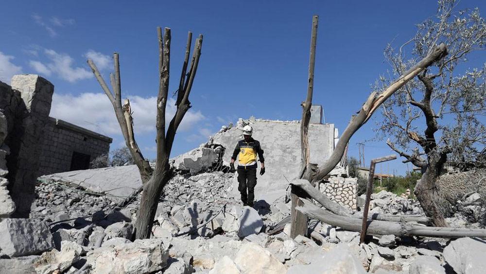 """حرب شوارع في حماة.. و""""أرض محروقة"""" في إدلب"""
