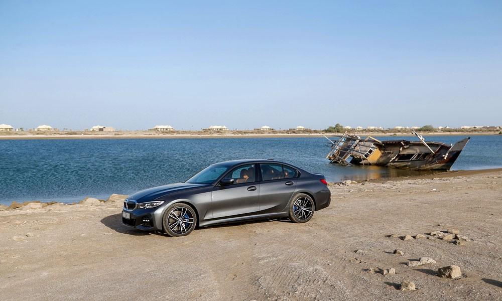 BMW الفئة الثالثة الجديدة ضمن المناظر الطبيعة في الشارقة