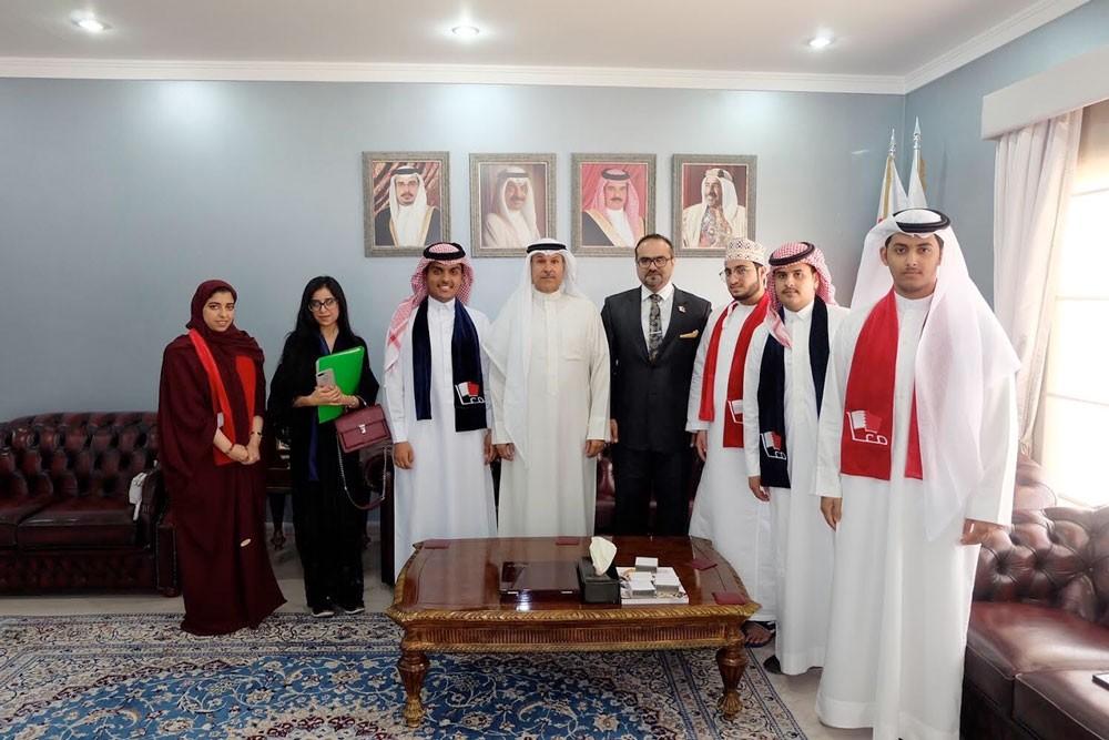 محافظ العاصمة يستقبل مجموعة من طلبة الطب في جامعة الخليج العربي