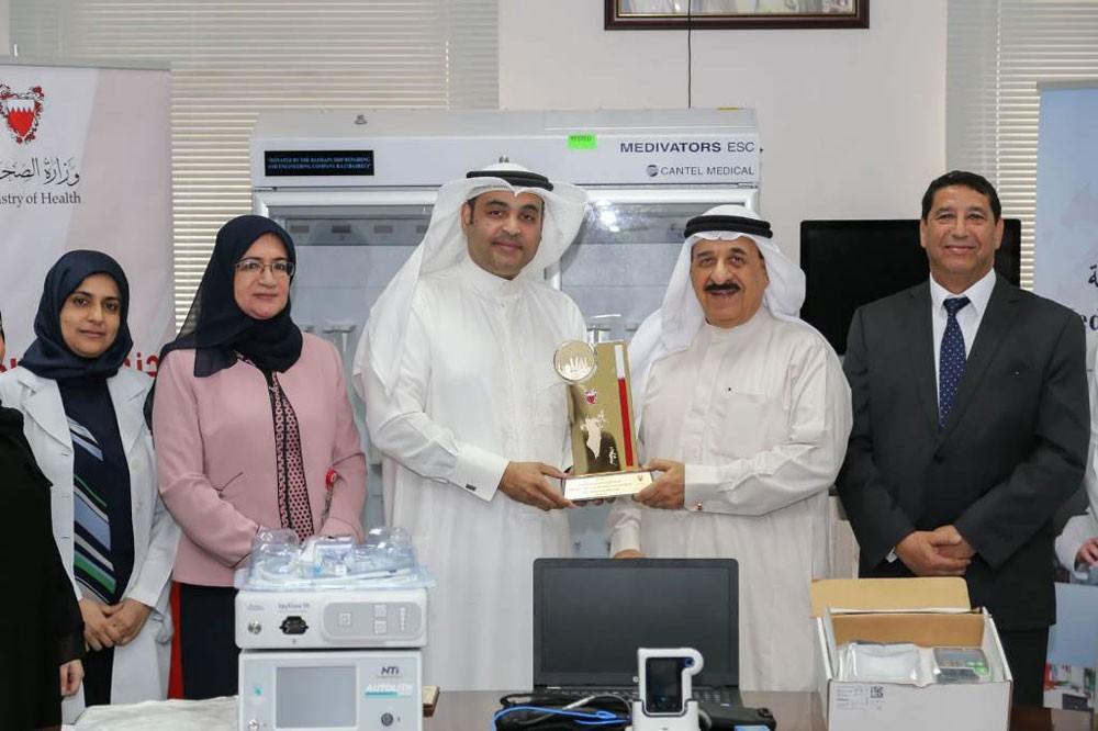 وزارة الصحة تتسلم تبرعاً مقدماً من شركة البحرين لتصليح السفن والهندسة