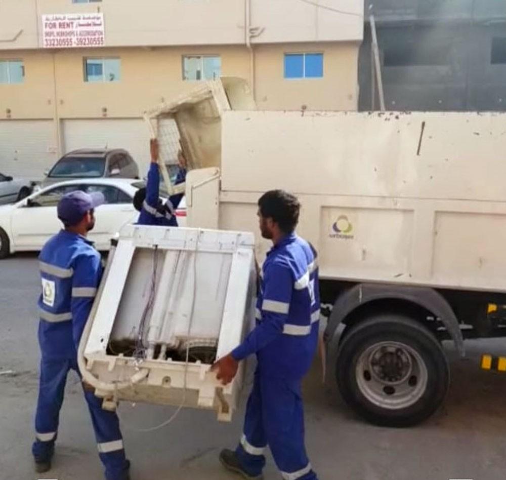 """بلدية """"الجنوبية"""" تزيل مخالفات إشغال الطرق في مجمع 939 بالرفاع"""