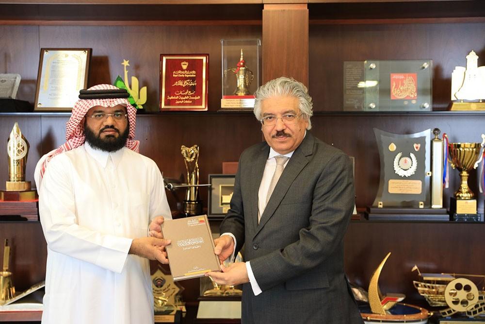 رئيس جامعة البحرين يتسلم رسالة دكتوراه من أستاذ بالصيرفة الإسلامية بالجامعة