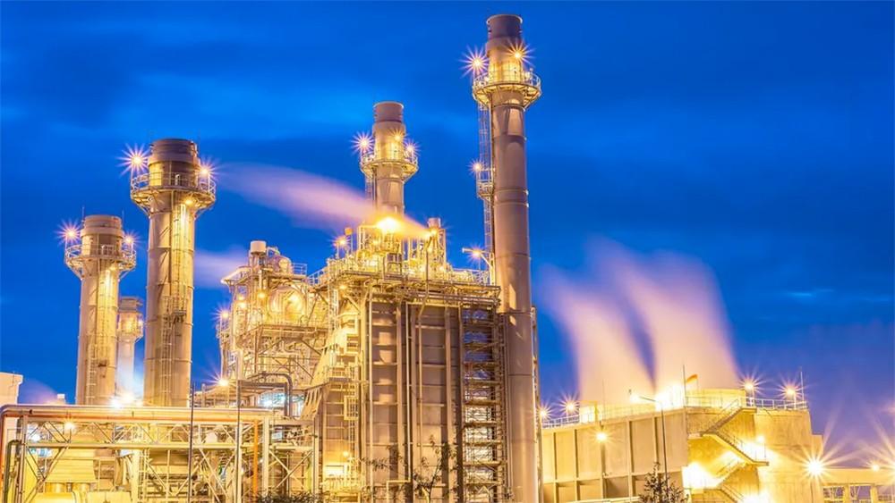 النفط يرتفع فوق 63 دولاراً للبرميل بدعم خفض الإمدادات