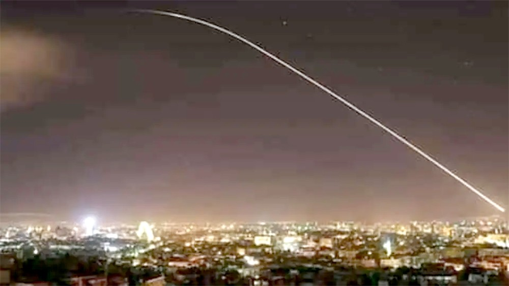 إسرائيل تقصف جنوب سوريا.. وتشوش إلكترونياً