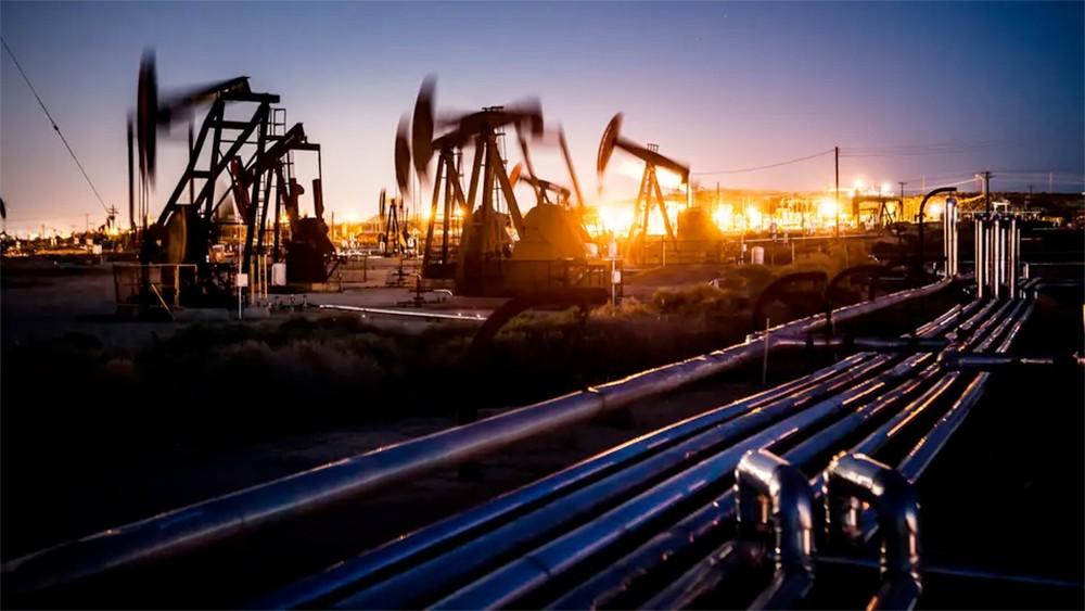 النفط يرتفع فوق 62 دولارا مع تصاعد التوترات الجيوسياسية