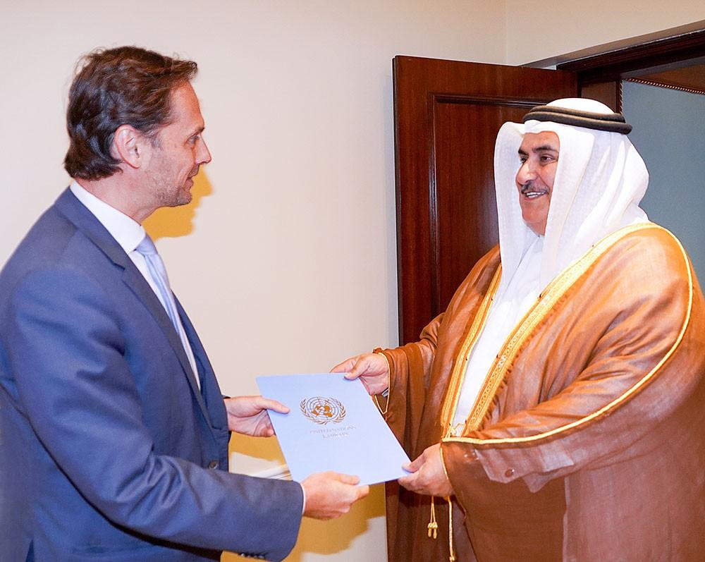 معالي وزير الخارجية يتسلم أوراق تفويض الممثل المقيم لبرنامج الأمم المتحدة الإنمائي لدى البحرين