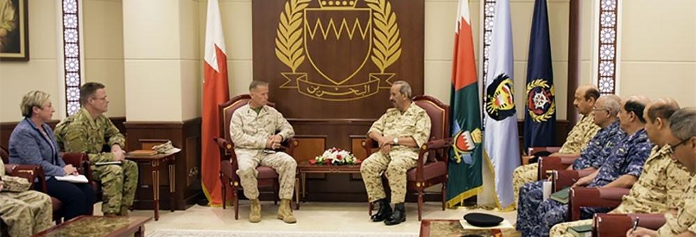 القائد العام لقوة الدفاع يستقبل قائد المشاة البحرية بالقيادة المركزية الأمريكية