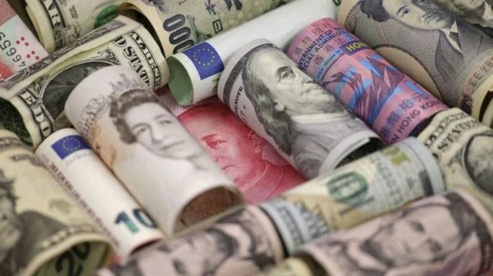 ما الذي دفع الدولار الأميركي لأعلى مستوى بعامين؟