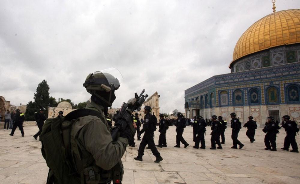 قوات الاحتلال تعتقل 11 فلسطينيا في الضفة وتهدم اساسات في القدس